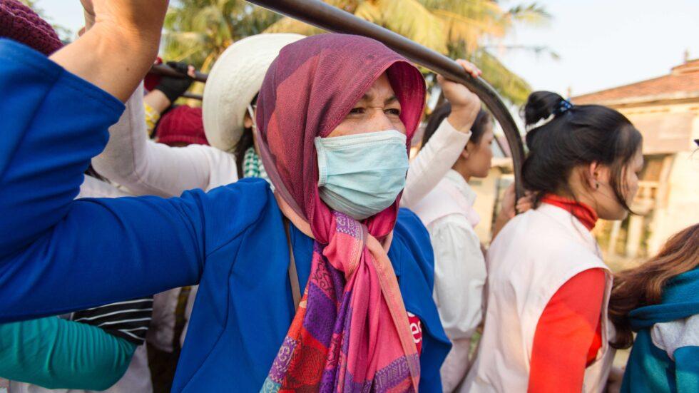 คนทำงานภาคอุตสาหกรรมเครื่องนุ่งห่มและรองเท้าในกัมพูชาซึ่งส่วนใหญ่เป็นผู้หญิงกำลังขึ้นรถไปทำงาน